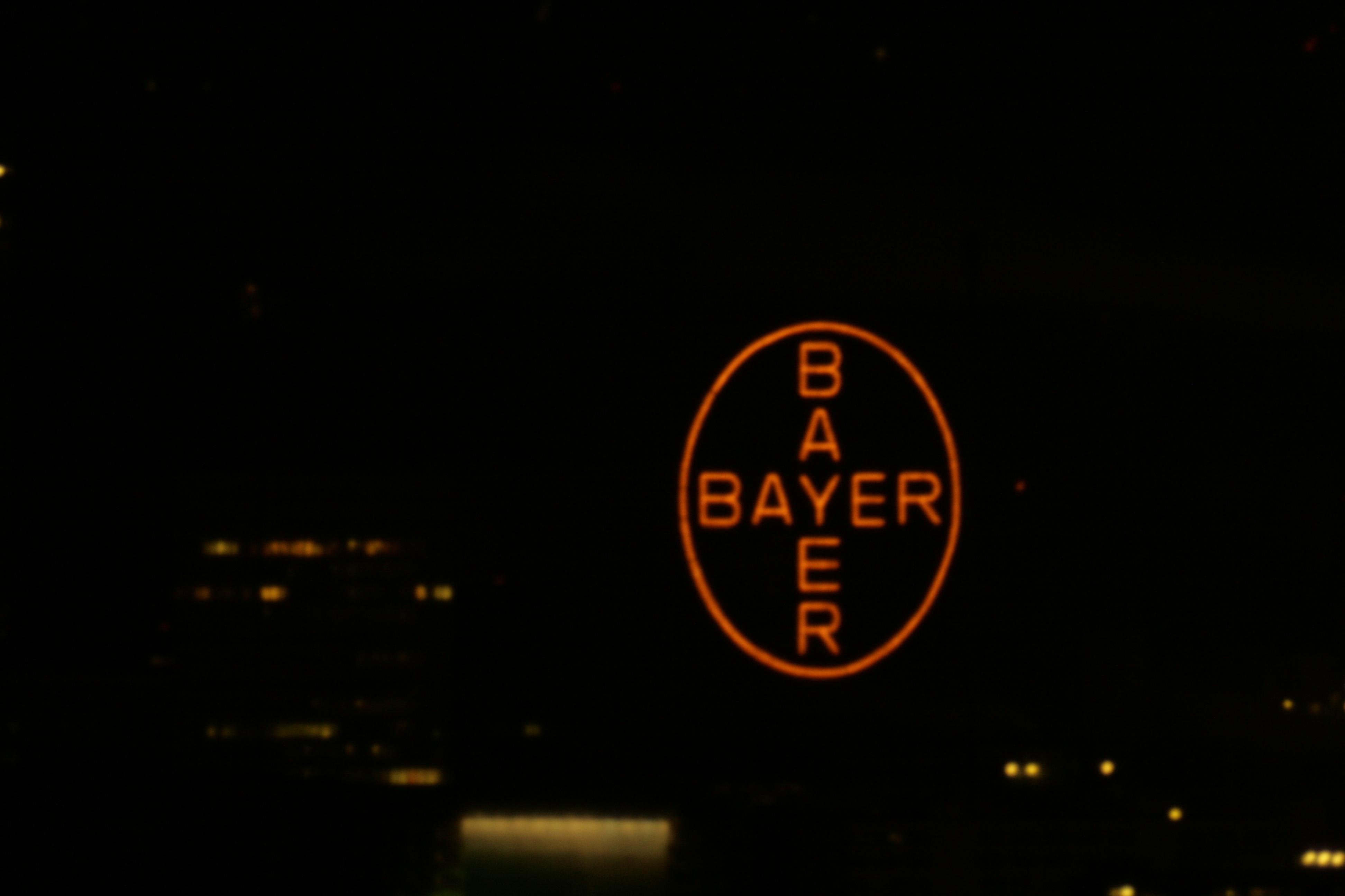 Blick nach Südwesten zum Bayer-Kreuz bei Nacht (durch Teleskop)