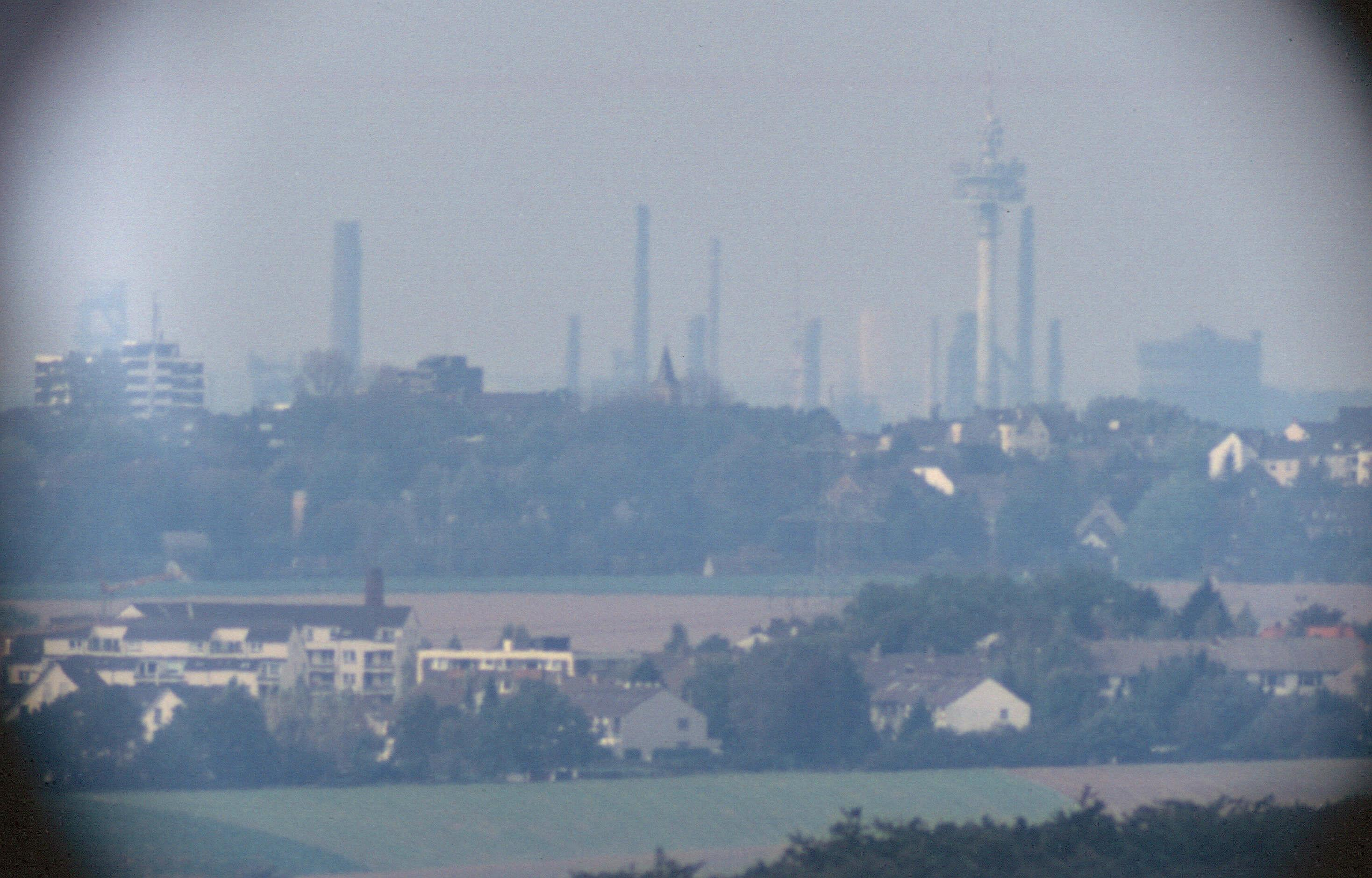 Industrieanlagen in Duisburg (durch Teleskop)