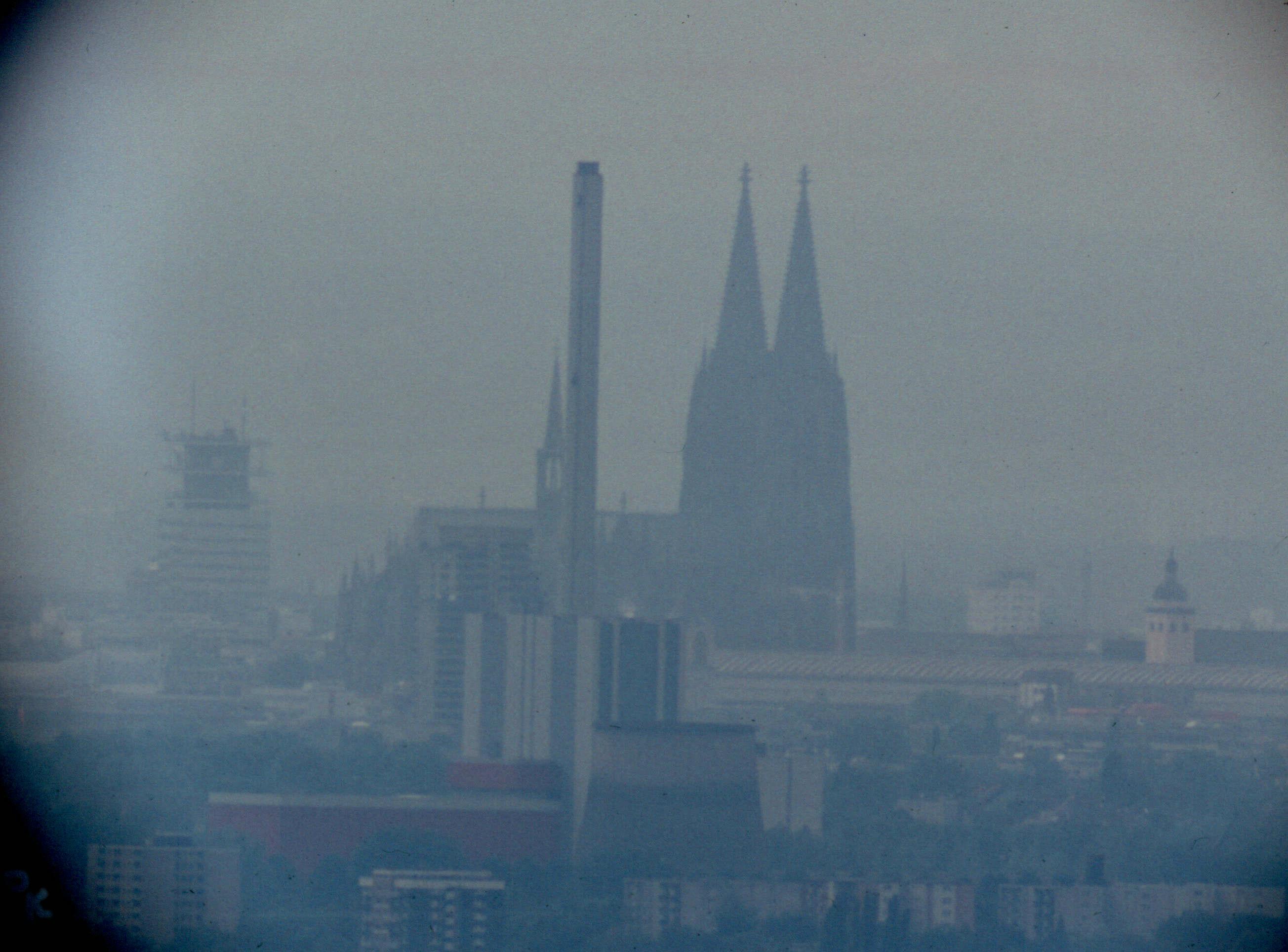 Blick nach Südwesten zum Kölner Dom (durch Teleskop)