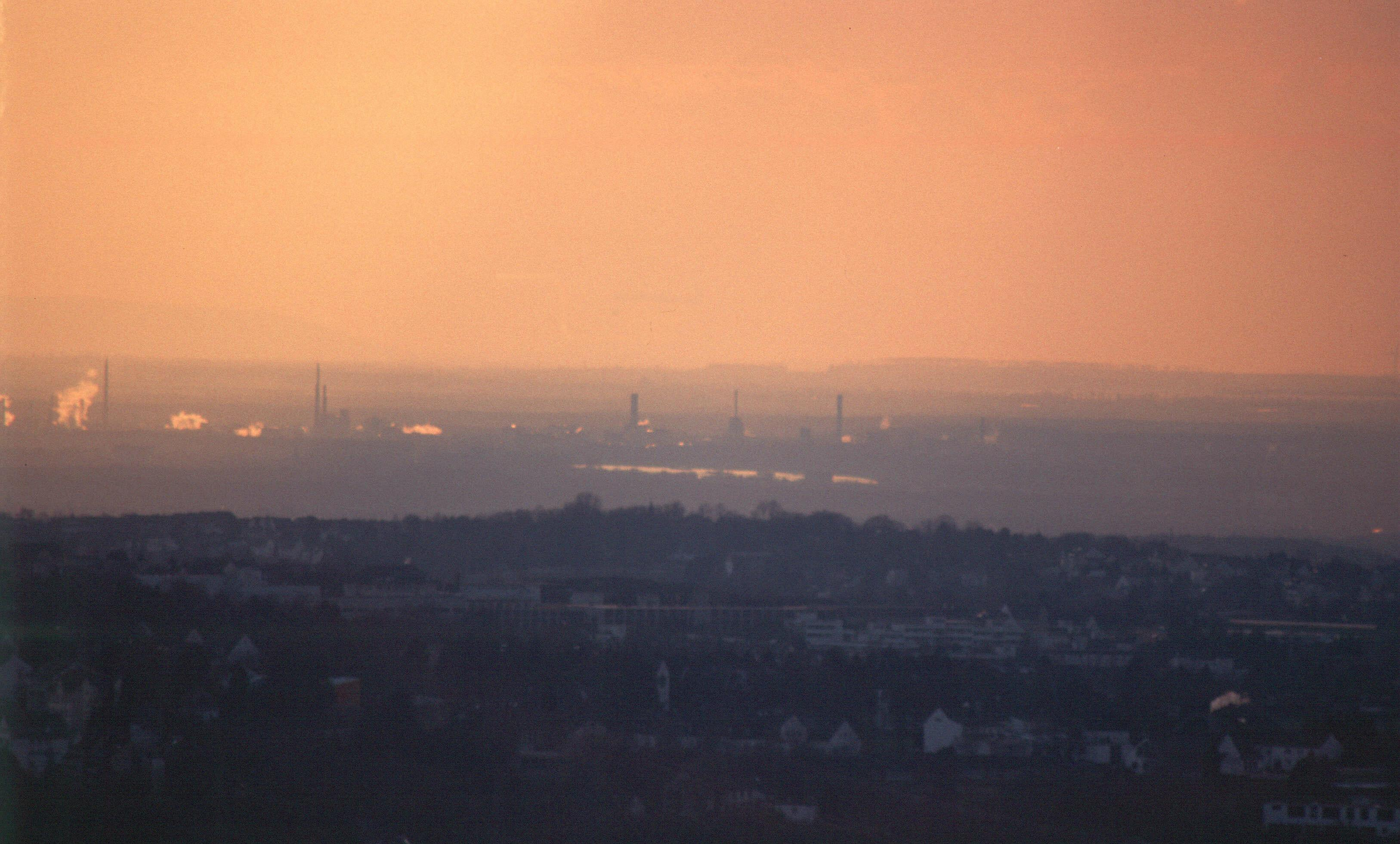 Blick nach Westen auf den Rhein  (helles Band in Bildmitte)