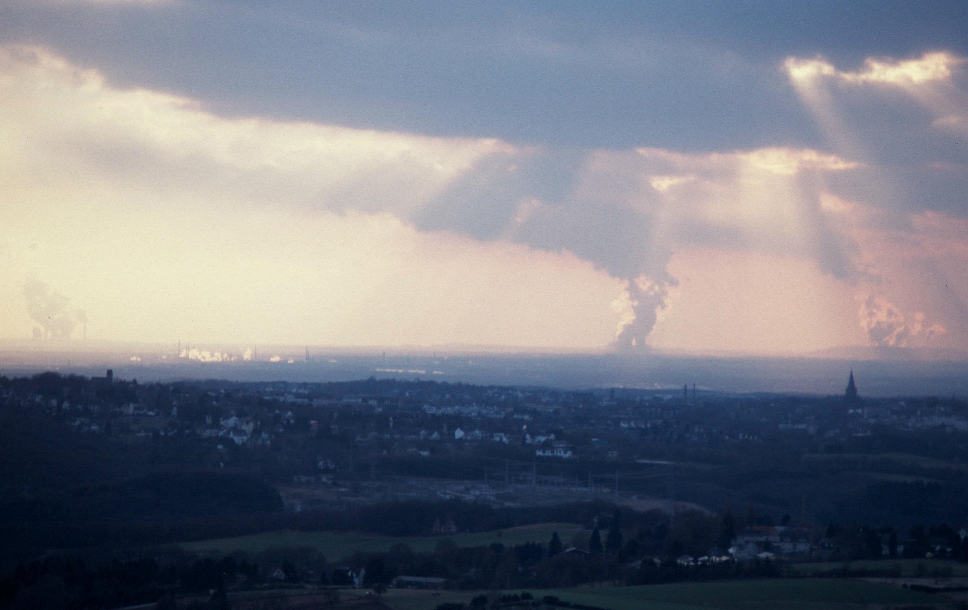 Blick nach Westen mit Braunkohlerevier Ville und Kraftwerken